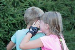 Parler de fille et de garçon Photographie stock