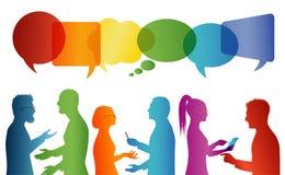 Parler de foule Communication entre le groupe de personnes qui parlent Communiquez la mise en r?seau sociale Dialogue entre les p illustration libre de droits