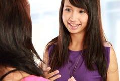 Parler de la jeune femme deux Photos stock