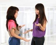 Parler de la jeune femme deux Photo stock