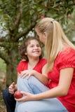 Parler de mère et de descendant Images stock