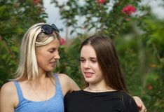 Parler de maman et de fille adolescente Images stock