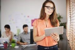 parler de sourire de contact d'ordinateur portatif de bureau de cmputer d'homme d'affaires d'affaires à utiliser la femme Photo libre de droits