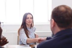 parler de sourire de contact d'ordinateur portatif de bureau de cmputer d'homme d'affaires d'affaires à utiliser la femme Poignée Image stock