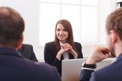 parler de sourire de contact d'ordinateur portatif de bureau de cmputer d'homme d'affaires d'affaires à utiliser la femme Portrai Photographie stock libre de droits