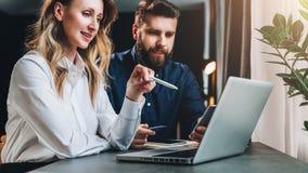 parler de sourire de contact d'ordinateur portatif de bureau de cmputer d'homme d'affaires d'affaires à utiliser la femme teamwor Photos stock