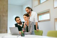 parler de sourire de contact d'ordinateur portatif de bureau de cmputer d'homme d'affaires d'affaires à utiliser la femme Travail Image libre de droits