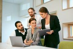 parler de sourire de contact d'ordinateur portatif de bureau de cmputer d'homme d'affaires d'affaires à utiliser la femme Travail Images stock