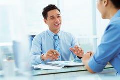 parler de sourire de contact d'ordinateur portatif de bureau de cmputer d'homme d'affaires d'affaires à utiliser la femme Photos stock