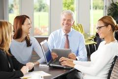 parler de sourire de contact d'ordinateur portatif de bureau de cmputer d'homme d'affaires d'affaires à utiliser la femme Image libre de droits