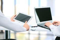 parler de sourire de contact d'ordinateur portatif de bureau de cmputer d'homme d'affaires d'affaires à utiliser la femme Photographie stock libre de droits