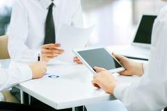 parler de sourire de contact d'ordinateur portatif de bureau de cmputer d'homme d'affaires d'affaires à utiliser la femme Photo stock