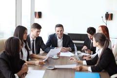 parler de sourire de contact d'ordinateur portatif de bureau de cmputer d'homme d'affaires d'affaires à utiliser la femme Image stock