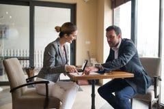 parler de sourire de contact d'ordinateur portatif de bureau de cmputer d'homme d'affaires d'affaires à utiliser la femme Images stock