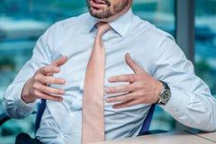 parler de sourire de contact d'ordinateur portatif de bureau de cmputer d'homme d'affaires d'affaires à utiliser la femme Homme d Photographie stock