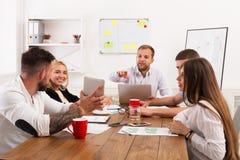 parler de sourire de contact d'ordinateur portatif de bureau de cmputer d'homme d'affaires d'affaires à utiliser la femme Jeunes  Photos stock