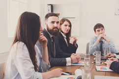 parler de sourire de contact d'ordinateur portatif de bureau de cmputer d'homme d'affaires d'affaires à utiliser la femme Jeunes  Images stock