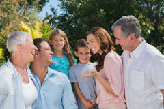 Parler de sourire de famille et de grands-parents Photographie stock