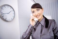 parler de téléphone de femme d'affaires Image libre de droits