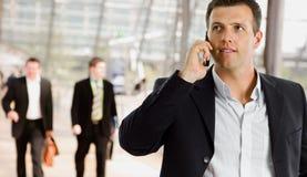 parler de téléphone portable d'homme d'affaires Photographie stock