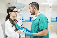 Parler de travailleurs d'équipe médicale photographie stock libre de droits