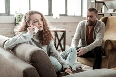 Parler diminué par sentiment d'adolescent au thérapeute privé photo libre de droits