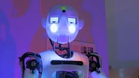 Parler drôle de robot de humanoïde et mains mobiles à l'exposition de technologie banque de vidéos