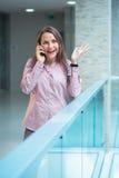 Parler du centre de femme d'affaires au téléphone Images libres de droits