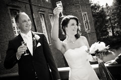 Parler et acclamations à l'invité après avoir épousé des nouveaux mariés Images libres de droits