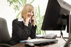 Parler exécutif femelle au téléphone Photo libre de droits