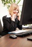 Parler exécutif femelle au téléphone Photographie stock libre de droits