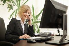 Parler exécutif femelle au téléphone Photo stock