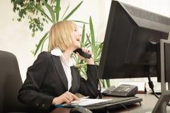 Parler exécutif femelle au téléphone Photos libres de droits