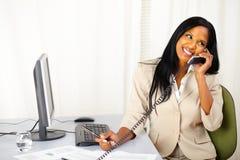 Parler exécutif heureux au téléphone Images stock