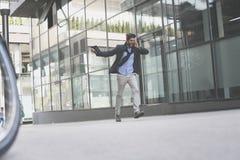 Parler fâché d'homme d'affaires au téléphone intelligent photo stock