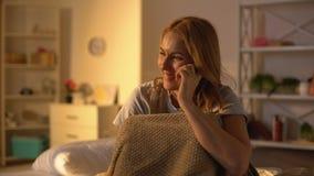 Parler femelle heureux sur l'essai de grossesse de participation de t?l?phone dans des mains, planification des naissances banque de vidéos