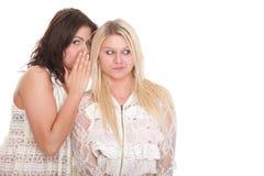 Parler heureux d'amies du bavardage deux de société jeune Images libres de droits