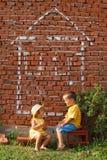 Parler heureux de deux gosses Image libre de droits