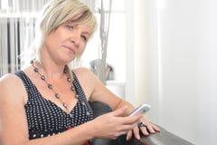 Parler heureux de téléphone de femme Visage avec le sourire toothy Images stock