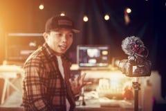 Parler masculin asiatique de créateur de contenu de vlogger photos libres de droits