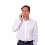 Parler masculin charismatique de son téléphone portable Photographie stock