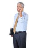 parler moyen âgé de téléphone de cellules d'homme d'affaires Images stock