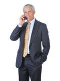 parler moyen âgé de téléphone de cellules d'homme d'affaires Image libre de droits