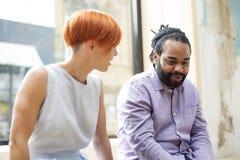 Parler multiracial d'amis images stock
