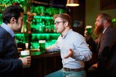 Parler par le verre de bière Photographie stock