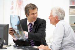 Parler patient aîné avec le docteur Image libre de droits
