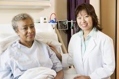 parler patient de docteur à Images libres de droits