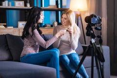 Parler positif avec plaisir de femmes Photo libre de droits