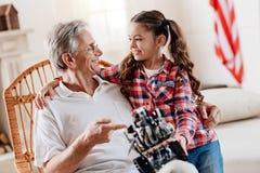 Parler première génération heureux avec sa petite-fille Photographie stock libre de droits