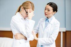 Parler professionnel de médecins photos libres de droits